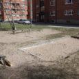 Kuressaares on paljud laste liivakastid suurtes elamurajoonides räämas väljanägemisega ja puudub värske liiv. Linn on rahapuudusel peatanud ka mänguväljakute korrastamise toetamise.