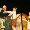 """Laupäeva õhtul Salme Vallateatri poolt lavale toodud muusikaline komöödia """"Haljal aasal"""" – tänavu suurima osavõtjate (näitlejate ja tantsijate) arvuga lavastus maakonnas, kus lööb kaasa 30 inimest ja taksikoer Scipio-Nublu, tõi Salme kultuurimajja 300 teatrihuvilist."""