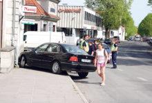 Auto paiskus kõnniteele juhi terviserikke tõttu