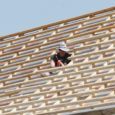 Kuressaare muusikakooli katusel kiivriteta töötavad ehitajad on pannud möödakäijaid muretsema. Projektijuht kinnitas aga, et kõikidel ehitustöödel ei peagi alati kiiver peas olema, kuid sellest hoolimata on kõikidel EBC ehitajatel kiiver olemas.