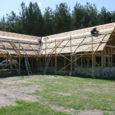 Lümanda vallas asuva Leedri küla Saaru välja küüni ehitus käib täie hooga. Sügisel saadi valmis pinnase- ja kiviosa, nüüdseks on püsti puitkonstruktsioonid ja enamik kimmkatusest on ka juba valmis. Ehitise valmimistähtaeg on 7. juuni.