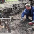 Eelmisel reedel Pidula mõisa hoovis vee- ja kanalisatsioonitrassi kaevates märkas Klotoid OÜ ekskavaatorijuht Maidu Sepp pinnast välja tõstes maapinnast umbes meetri sügavusel inimluid.