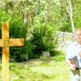 1923. aasta 22. novembril Anseküla kalmistule maetud Saksa auriku Kronos hukkunud meremeeste kalmule on nüüd Saaremaa merekultuuri seltsi eestvõtmisel paigaldatud uus tammine rist. Laupäeval eemaldati sellelt Saksamaa ja Eesti riigilipp.