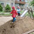 Saarte Hääle ja Kadi raadio algatusel ja lastekaitsepäeva puhul viis AS Saare Erek eile Kuressaares Smuuli tänava skatepargi kõrval asuvasse laste liivakasti kingituseks koorma liiva.