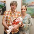 Eile andis Kuressaare abilinnapea Argo Kirss kultuurikeskuses 40 uuele linnakodanikule pidulikult üle sünnikirjad ja -toetused. Sünnitoetust said Kuressaare linnas elavad lapsevanemad, kelle lapse sünni registreerimine jäi ajavahemikku 23. jaanuar kuni 30. aprill. Fotol on isa Andres ja ema Airika Käsper koos 2-kuuse Karoliisiga.