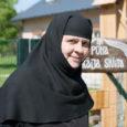 Ööriku Püha Eelkäija skiita eestseisja nunn Theofili räägib vaikselt, aga selgelt. Palvenööri sõrmitsedes otsib ta aeg-ajalt mõnele sõnale täpsemat vastet. Tema tagasihoidlikus olekus on aga üks südantsoojendav asi. Üleni musta riietunud nunna suured pruunid silmad naeratavad. Kurvalt.