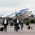Eile päeval võis Kuressaare lennujaamas näha uhkelt maandumas II maailmasõja aegset lennukit, kust astusid maha uue Honda esitlusele kutsutud Soome ajakirjanikud.