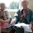 """Inglismaal Kingsbridge'i linnas elavaid Barbara ja Gordon Waterhouse'i kannustas pikka reisi ette võtma kirjanik Arthur Ransome'i raamat """"Racundra esimene merereis"""". Raamatus kirjeldatud reisi marsruut kulgeb muuhulgas läbi Ruhnu, kuhu vanapaar eile pärastlõunal Kuressaare lennujaamast ka suundus."""