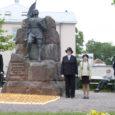 Esmaspäeval, küüditamise aastapäeval süütasid Saaremaa naiskodukaitsjad Kuressaare kesklinnas Vabadussõja ausamba juures 618 küünalt nende saarlaste mälestuseks, kes 1941. aastal maakonnast külmale maale viidi.