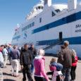 Igapäevaselt Väinamerd sõitma hakkav ja arvatavasti mitte just ülearu tihti kodusadamasse sattuv uus parvlaev sildus Eesti riigis esmalt just Roomassaare sadamas. Laeva olid eile tervitama tulnud sajad inimesed.