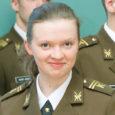 """Kärla kunagine kodutütar Tiiu Naagel saab täna kätte kõrgema sõjakooli lõputunnistuse. Tiiu on ainus tüdruk oma kursusel. Ta tunnistab, et tema militaarhuvis on """"süüdi"""" kaitseliitlasest isa Leevi, kes hakkas kodukohas noorkotkastega tegelema ning kutsus ka tütreid metsa kaasa."""