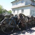 """Eile helistas toimetusse proua Suve tänavalt, kes kurtis, et 12. juuni hommikust saati seisab tema aia ääres veider jalgratas. """"Hommikul tulin postkastist lehte võtma ja nägin seda seal,"""" rääkis majaomanik. """"Vaatasin, et kumm on tühi, võib-olla tuleb keegi hiljem järele."""""""