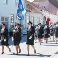 Tänavune võidupüha traditsiooniline kõnekoosolek Kuressaare kesklinnas oli päikeseline ja eriline, taas olid kaitseliitlaste kõrval rivis Saaremaa naiskodukaitsjad, kes viimati marssisid siin 1939. aastal.