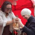 Kanadast pärit Lõuna-Wellsis sündinud MTÜ Saaremaa Vill eestvedaja Anu Sepp tutvustas Auriga jaanimessil huvilistele Saaremaa lammaste villast tehtud tooteid ja traditsioonilisi villatöötlemisvahendeid.