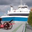 Kuivastu sadamas kõmatas eile parvlaeva Saaremaa ristiema Katrin Leedo (fotol) poolt süüdatud suurtükilaeng.
