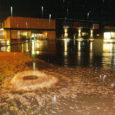 Üleeile õhtupoolikul ja eile öösel taevast alla sadanud vihmavalingud tekitasid Kuressaares Maxima kaupluse juures olukorra, kus vesi ei voolanud enam kanalisatsiooni, vaid sealt välja. Seda kõike ilmestas äravoolukaevu veesurve all õhku tõusnud luuk.