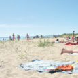 """""""Siin on nii ilus!"""" õhkame, kui mööda laudteed otsejoones Mändjala randa tüürime. Päike sirab taevas, vesi sillerdab, liiv on tulikuum ja nina püüab kinni meeldivalt mõrkja männilõhna. No mis mõtet on minna kuskile Vahemere äärde päikest püüdma, kui meil endil siin kõik olemas: päike, meri, liiv, männid ja põhiline – piisavalt ruumi, et ennast siruli heita! Niisiis ruttu riided ült ja vette! Tänavu esimest korda. Nii mõnus on."""