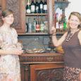 Kui kaks aastat tagasi kirjutasime linnateatri kohviku Café Remark perenaisest Leena Mölderist ja tema suurest unistusest teha Kuressaarde päris oma kommikohvik, siis nüüd on see tegus naine oma unistuse teoks teinud. Sel nädalal avas ta Tallinna tn 25, Arensburgi reisibüroo kõrval kohviku nimega Ö Gourmet.