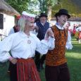 Neljapäeva eredas õhtupäikeses särasid 150 rahvatantsija silmad Mihkli talumuuseumi õuemurul tantsumustreid joonistades rohkearvulisele publikule vastu. Südantsoojendava esinemisega tähistati veerandsaja aasta möödumist esimesest suvesimmanist, mille kutsus ellu kolme aasta eest meie hulgast taevastele radadele lahkunud tantsujuht Helgi Allik.