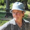 Reo surnuaed on Saaremaal üks paremini hooldatud rahulaid – muruplatsid alati korralikult niidetud, teerajad puhtad ning üht kleenukest naisterahvast näeb seal alatasa toimetamas. See on surnuaiavaht  Alvi Lepik (66), kes seda tööd teinud täpselt 46 aastat.