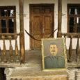 Gruusias, inimkonna ajaloo ühe julmema diktaatori Jossif Stalini sünnimaal, ei ole tema avalik austamine midagi häbiväärset. Šveitsi saksakeelne ajaleht Neue Zürcher Zeitung (NZZ) kirjutab, et nüüd on selles Kaukaasia riigis tekkinud ajaloolaste noorem põlvkond, kes soovib uut lähenemist Stalini tegevusse ning parandada ametlikus ajalookäsitluses praegu valitsevat suhtumist oma kodumaa lähiajalukku.