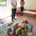 """""""Jõuluvana tuli!"""" oli esimene hüüe, mis eile Kuressaare haigla lasteosakonna ette kogunenud inimeste seast kuulda võis, kui Auriga kaubanduskeskuse juht Maidu Lempu koos abilisega kolme suurt kotitäit mänguasju kandes uksest sisse astus."""