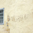 """Keegi pahatahtlik kodanik on Kuressaare raekoja tagumisel seinal seekord hakkama saanud sellise """"kunstiteosega""""."""