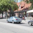 Ülekäiguraja tähised Kuressaare kesklinna tänavatel on linnas külalistena viibivatele autojuhtidele halvasti nähtavad ning teed ületavaid jalakäijaid märgatakse viimasel minutil. Linnajuhid lubasid olukorra paranemist juba sellel nädalal.