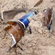 Mitmed rannakülastajad rikuvad eeskirju, võttes randa kaasa oma koera ning jättes tema väljaheited koristamata. Lisaks koerte väljaheidetele tuleb rannaliivalt tihti koristada ka klaastaara kilde.