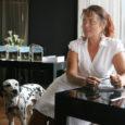 """Laupäeva õhtul esitles Kuressaares Arensburgi Muusa restoranis oma kiiksuga psühholoogiaraamatut """"Mina ja Mehed"""" särav ja sarmikas kirjanik, vabakutseline ajakirjanik, idamaateemalise veebiportaali idamaa.com administraator ja suhtlemiskoolitaja Katrin Aedma. Esitlusel oli seekord kaasas ka Dalmaatsia koer Bingo, kellel oli perenaise sõnul kirjutamise juures suur roll."""