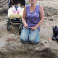 Valjalas oli eilseks arheoloogiliste kaevamistega päevavalgele tulnud kümme matust koos ehete ja muude esemetega. Kirikuesine teelõik peitis aga aastasadu keraamikakilde, millest vanimad pärinevad tõenäoliselt viikingiajast.