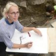 Valjalas lõppema hakkavad kolm nädalat kestnud arheoloogilised kaevamised võivad anda uusi teadmisi eesti tekstiiliajaloost, usub kindlalt kaevamistel abiks olnud Gilleke Kopamees. Leidusid üles joonistanud naine on hämmingus nii peentest lõngajäänustest kui ka millimeetri täpsusega valmistatud ehetest.