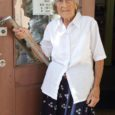 Nõnda kutsusid ümbruskonna lapsed Meri Lindat (94), kes kakskümmend aastat pidas Rootsi linnas Halmstadis väikese turu ääres oma poodi. Nüüd vanaproua poodi loomulikult enam ei pea, aga igal suvel võtab eakas memm ette pika reisi oma sünnisaarele Saaremaale. Täitsa üksi ja lennukis.