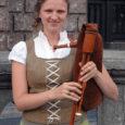 Kaks kevadet tagasi lõpetas Saaremaa ühisgümnaasiumi tütarlaps nimega Leana Vapper. Kuigi Saaremaal sündinud ja kasvanud, kuulus tema armastus juba siis hoopis Belgiale või täpsemalt Flandriale, mis tähendab laias laastus Belgia põhjaosa. Nüüdseks ongi ta oma elu seal sisse seadnud ja on heal meelel nõus kodusaare inimestele jutustama oma tegemistest tudengi ja vabakutselise pärimusmuusikuna.