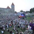 """Kuressaare lossihoovis toimunud Jaan Tätte ja tema sõprade kontsert """"Tuulevaiksel ööl"""" tõi kohale umbes 5000 inimest. Pärast üliedukaks kujunenud kontserti laekus selle korraldajale aga Saaremaa muuseumilt esialgu arvatust kõvasti priskem rendiarve."""