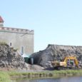 Saarte Hääle fotosilma ette jäi Kuressaare linnuse merepoolses vallis üüratu tühimik, mida praegu täidab vaid triibuline telk. Saaremaa muuseumi projektijuhi Tõnu Sepa sõnul tuleb vallis praegu laiutavasse tühimikku uus väravakoht.