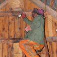 Torgus elav vanem naine oli tõsiselt hädas tema maja pööningule suure pesa ehitanud vaablastega ja kurtis, et mitte kusagilt keegi talle appi ei tule. Eile õhtul asus vabatahtlik päästja Peeter Aadussoo putukatega võitlusse.