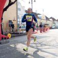 Kellel vähegi Kuressaare terviseparki või kergliiklusteede peale õhtusel ajal asja on olnud, teab seda meest kindlasti. 26 aastat jooksmisega tegelenud Ahto Jaksoni (39) jaoks on need paigad nagu teine kodu. Samas on ta elav tõestus sellest, et ka neljakümnele lähenev mees võib õige treeningu korral joosta isiklikke rekordeid ja isegi üleriiklikel võistlustel esineda täiesti arvestataval tasemel. Ja nagu jooksmisest veel vähe oleks, on temast saanud Eesti pikamaajooksu uudiste edastamisel teenäitaja.