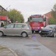 Kuressaares Smuuli ja Pika tänava ristmikul põrkas eile kella kahe ajal päeval kokku kolm sõidukit. Päästjad ühendasid süttimisohu vältimiseks lahti autode akujuhtmed ja puhastasid tee liikluseks.