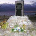 Teisipäeval möödus 16 aastat parvlaeva Estonia hukust. Mälestuskivi küünalde ja Saare maavalitsuse kimbuga sünge ja tormise mere taustal.