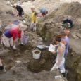 Sellesuvised väljakaevamised Valjalas on tekitanud arheoloogide seas tõsise tüli, mille peamised osapooled on kaevamistel abiks käinud tunnustatud arheoloogiaprofessor Marika Mägi ning arheoloogilist järelevalvet teinud ja kaevamisi juhtinud osaühingu Muinasprojekt arheoloog Peeter Talvar.