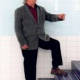 """Arvi Liik (71) on Saaremaal vaieldamatult kõige vanem koolijuht ja üks staažikamaid Eestis. Kallemäe kooli direktori toolil istub see mees juba 41 aastat. Maakonna haridusjuhil Raivo Peetersil on kauaaegse koolijuhi kohta oma arvamus: """"Liik on vanim küll, aga hingelt on see mees tükimaad nooruslikum kui mõni temast kümneid aastaid noorem kolleeg."""""""