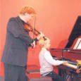 """Eilsel täiskasvanud õppija tunnustusüritusel Kuressaare muusikakoolis andsid kontserdi """"Õppimine seob põlvkondi"""" muusikakooli õpetajad ja õpilased – mängides kas koos vanematega või vanaemaga. Pildile jäid kooli direktor Tarmo Berens ja teda klaveril saatev poeg Sander. """"Rõõmus kontsert oli, täpselt samasugune nagu täiskasvanud õppijate särasilmad,"""" märkis üks saalis olnu. Häid sõnu tänavustele tunnustuse pälvinutele jagus nii maavanem Toomas Kasemaalt kui ka linnapealt Urve Tiiduselt."""