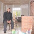 Torgu valla Laadla küla mees Jone Koppel on kuid rabanud oma aprillis mahapõlenud sünnikodu ülesehitamise juures, et ta 94-aastane tulest eluga pääsenud isa Albert enne talve õue peal asuvast saunast taas tuppa elama kolida saaks.