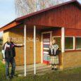Laupäeval avati pidulikult Mustjala valla keskuse bussiootekoda. Lindi lõikasid läbi ehitaja poolt MTÜ Mustjala Külaselts juhatuse esimees Mait Põld ja külavanem Endel Tisler.