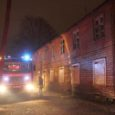 Kuressaare põhikoolist üle tee asuv kahekordne puust ja elaniketa majalobudik läks teisipäeva õhtul lahtisest tulest põlema, mis paneb taas kord kahtlustama kodutuid.