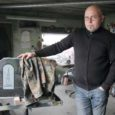 Peatselt saab enamikule saarlastele teada-tuntud Kellamäe kivitööstus oma 40 aasta juubelit pidada. Kellamäel on 38 aasta jooksul hauakive ja -plaate tehtud kõigisse maakonna surnuaedadesse. Vähe sellest, Saaremaa kiviraidurite meistriteoseid (just nii võib kaunilt kujundatud hauatähiseid nimetada) on Kellamäelt viidud nii Tallinna Metsakalmistule kui ka teistesse Mandri-Eesti surnuaedadesse ja välismaalegi.