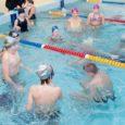 Veel poolteist aastat tagasi poseeris Leisi keskkooli direktor Tõnu Erin lehefoto jaoks koolimaja katkises ja räämas ujulas. Eile andis ta nüüd juba renoveeritud ujulas esimese ujumistunni.