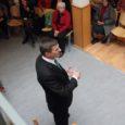 Kuressaare päevakeskusse oli eile ennelõunaks kogunenud ligi poolsada eakat. Kavas oli kohtumine Eesti peaministri Andrus Ansipiga, kes oli saare pensionäridele tulnud selgitama olukorda riigis.