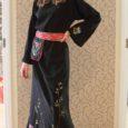 Islamiusku saarlannat Kätlin Hommik-Mrabtet kannustas araablannade traditsioonilist kleiti abaajat kauni muhumustrilise tikandiga kaunistama rahvuslik uhkus.